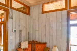 4 Amazing Knotty Pine Wood Wall Paneling Design Ideas